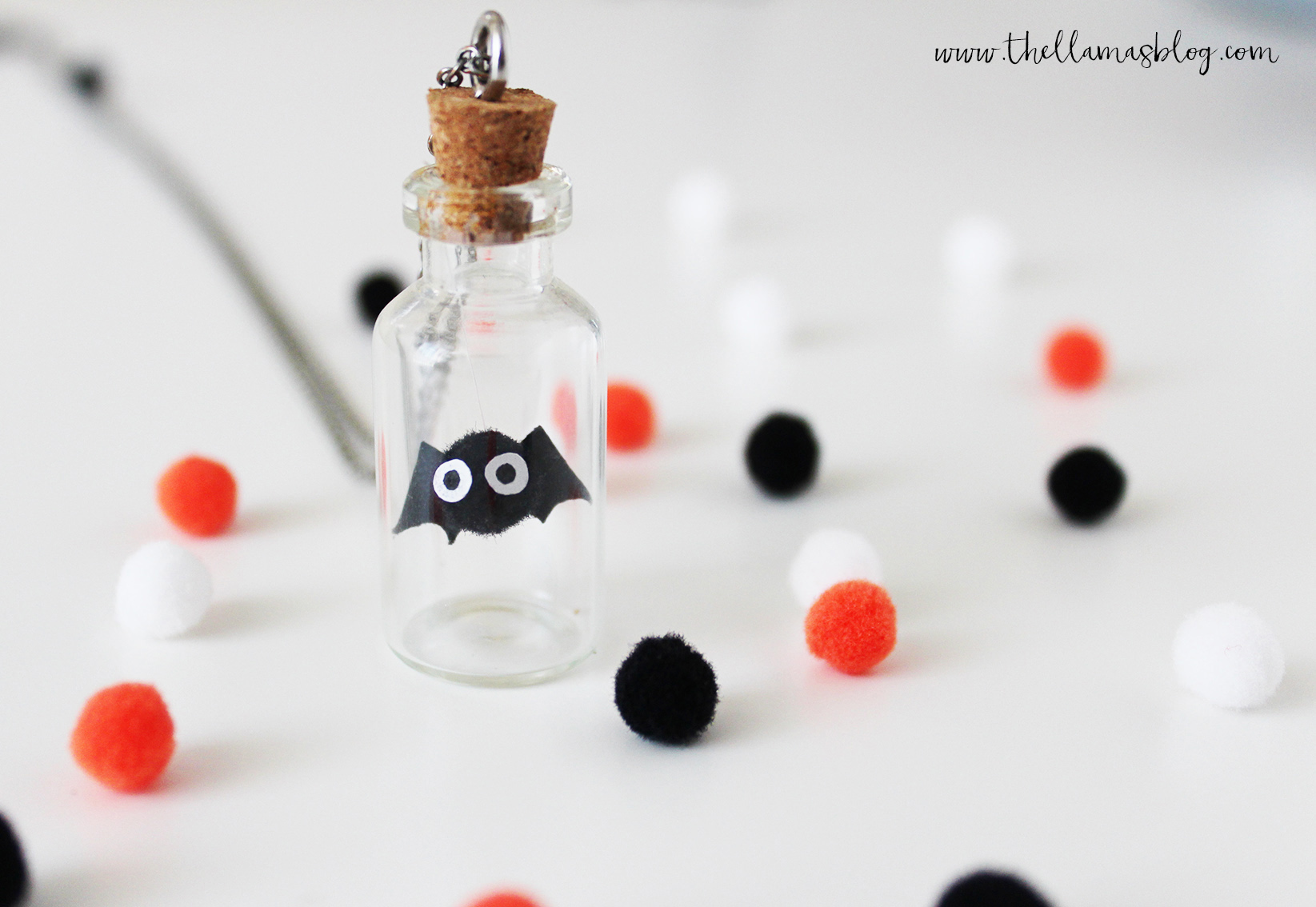 the llamas_DIY_Halloween_Buddy_Necklace_2_Thellamasblog